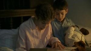 A gyerekek szótárazzák a levelet